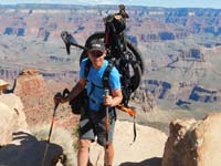 חנוך רדליך עם האופניים וציוד על הגב/ צילום: שי רוטברד