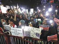 מפגינים בעיר אחמדאבאד במדינת גוג׳אראט בהודו. מוחים נגד השינוי בחוק שפוגע במוסלמים / צילום: רויטרס, AMIT DAVE