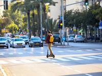 רוכב על קורקינט חשמלי בתל אביב. / צילום: שלומי יוסף