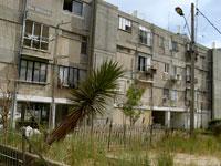 בניין באור יהודה שבו יש דירות דיור ציבורי/ צילום: תמר מצפי