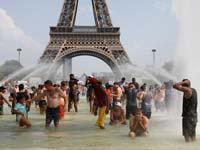 אנשים בפריז מצנננים את עצמם מפני החום / צילום: רויטרס, Charles Platiau