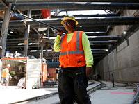 עובדת בנייה באתר בלוס אנג'לס / צילום: רויטרס, Lucy Nicholson