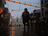 אחרי שרשרת פיגועי הטרור בסרי לנקה, חייל עומד מחוץ למקדש סיינט אנתוני / צילום: רויטרס
