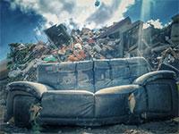ספה שנזרקה במהלך חג הפסח / צילום: חזי נקש, פארק דודאים