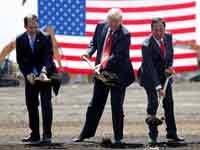 """יו""""ר פוקסקון  הנשיא טראמפ ומושל וויסקונסין בהנחת אבן הפינה למפעל / Kevin Lamarque , צילום: רויטרס"""