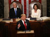 """טראמפ ומאחוריו יו""""רית בית הנבחרים ננסי פלוסי וסגנו, מייק פנס/ צילום: רויטרס, Leah Millis"""