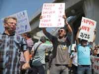 מפגינים נגד הסכום הגבוה שגובות אובר וליפט / צילום: רויטרס