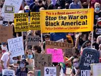 צעדה לזכר ג'ייקוב בלייק, שבת. טראמפ משמתש במחאות כדי להפחיד את אמריקה הלבנה / צילום: Morry Gash, Associated Press