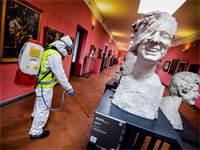 עבודות חיטוי במוזיאון בנפולי באיטליה בשל נגיף הקורונה / צילום: Alessandro Pone, AP
