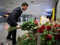 נשיא אוקראינה מניח פרחים לזכר הנספים בהתרסקות המטוס / צילום: שירותי העיתונות של נשיא אוקראינה, רויטרס