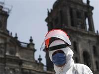 עובד משרד הבריאות מחטא את רובע העסקים של מקסיקו סיטי / צילום: Rebecca Blackwell, AP