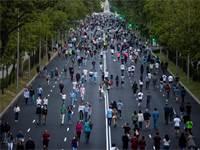 אנשים מטיילים במדריד. אחרי חודשיים של הסגר, הממשלה הספרית החלה לאפשר הקלות / צילום: Manu Fernandez, AP