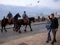 שוטרים מסיירים בטיילת ביפו / צילום: Oded Balilty, AP