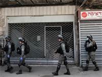 שוטרים מסיירים בשכונת מאה שערים בירושלים / צילום: Ronen Zvulun, רויטרס