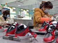 עובדות מפעל נייקי בסין בצל איום הקורונה / צילום: Peng Zhaozhi/Xinhua, AP