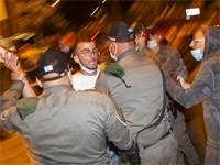"""שוטרי מג""""ב משתלטים על אדם שניסה לתקוף מפגינים / צילום: Ariel Schalit, Associated Press"""