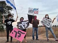 מפגינים נגד נתניהו והשחיתות השילטונית באניעם / צילום: מארגני מחאת דגל שחור