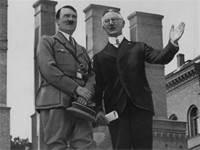 אדולף היטלר והיילמאר שאכט, שר הכלכלה בגרמניה בתקופת שלטון המפלגה הנאצית, 1934 / צילום: AP Photo, AP