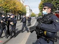 שוטרים מאבטחים את זירת הפיגוע בניס ביום חמישי האחרון / צילום: Eric Gaillard, רויטרס