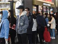 תור של אנשים עם מסכות מחוץ לסופרמרקט באוסטרליה / צילום: Erik Anderson, AP