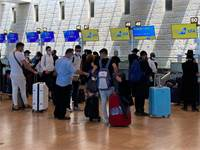 """נוסעים מחכים לצ'ק אין בנתב""""ג / צילום: יואב יערי"""