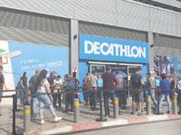 """תור בכניסה לחנות דקטלון בראשל""""צ. """"ההתאוששות מהמשבר מוטה כלפי המקום שבו מרוכז כוח הקנייה"""" צילום: בר-אל"""