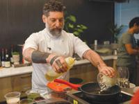"""""""תנו לי לשחק עם החומרים, ונראה"""". גרניט מבשל מחומרי הגלם של סטארט־אפ בשם Redefine Meat / צילום: שלומי יוסף"""