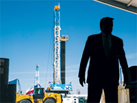 """טראמפ בביקור במתקן הפקת נפט בטקסס. נחשב ל""""חבר"""" של תעשיית הנפט בניגוד לביידן שרוצה לעבור לאנרגיות חלופיות / צילום: Evan Vucci, Associated Press"""