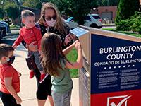 """מצביעים לפני """"יום הבחירות"""" בנובמבר בקלפי מיוחדת בניו ג'רזי. עוד מיליונים צפויים להצביע לפני התאריך הרשמי / צילום: Christina Paciolla, Associated Press"""