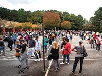 אמריקאים עמדו בתור לקלפיות המוקדמות בג'ורג'יה ביום שני. אזרחים ממתינים במשך שעות כדי להצביע מוקדם    / צילום: Ron Harris, Associated Press
