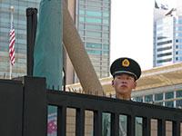 """שוטר סיני בכניסה לשגרירות ארה""""ב בבייג'ינג. סין מעבירה מסר בוטה למערב / צילום: Ng Han Guan, Associated Press"""