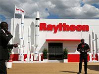 דוכן של Raytheon בתערוכת הסלון האווירי בפריז / צילום: PASCAL ROSSIGNOL, רויטרס