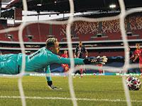 שוער פריז סאן ז'רמן מזנק מול יציעים ריקים בגמר ליגת האלופות מול באיירן מינכן באוגוסט / צילום: Matthew Childs, Associated Press