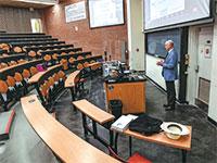 """מרצה אקס ליבריס בהרצאת זום באוניברסיטת קלמסון בתקופת הקורונה. """"לא תהיה דרך חזרה מההיברידיות הזו"""" / צילום: Ken Ruinard, רויטרס"""