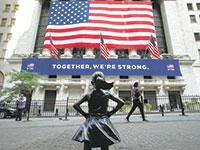 """פסל """"הילדה חסרת הפחד"""" מול הבורסה לניירות ערך בוול סטריט, ניו יורק / צילום: Mark Lennihan, Associated Press"""