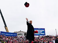 דונלד טראמפ זורק את כובעו לתומכיו באחד הקמפיינים שלו בפנסילבניה / איור: Alex Brandon, Associated Press
