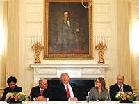 """בכירי המשק בבית הלבן. מימין: מנכ""""ל וולמארט דאג מקמילון, גרי כהן יו""""ר המועצה הכלכלית הלאומית, מנכ""""לית GM מרי בארה, הנשיא טראמפ, מנכ""""ל בלקסטון סטיבן שוורצמן, יו""""ר פפסיקו, אינדירה נויי, מנכ""""לית IBM גיני רומטי / צילום: רויטרס"""
