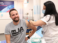 מהחיסון של המכון למחקר ביולוגי, לפני זמן קצר בבית החולים שיבא / צילום: אגף דוברות והסברה, משרד הביטחון