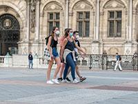 צעירים במרכז פריז בימי קורונה / צילום: shutterstock, שאטרסטוק