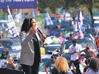 המועמדת לסגנית נשיא של ג'ו ביידן, קמלה האריס באירוע דרייב־אין בפלורידה / צילום: Matt Wilfredo Lee, Associated Press