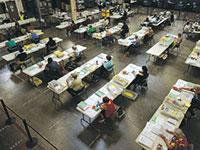מיון של מעטפות הצבעה בקליפורניה, אוקטובר / צילום: Mike Blake, רויטרס