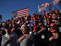 """ההמנון הלאומי של ארה""""ב מושמע בעצרת הבחירות של טראמפ, השבוע / צילום: HANNAH MCKAY, רויטרס"""