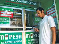 שירות התשלומים המקוונים של M-Pesa בניירובי, קניה / צילום: Thomas Mukoya, רויטרס