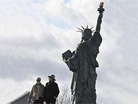 """העתק של פסל החירות בצרפת.על הכף מוטל לא פחות מעתיד היחסים הטרנס-אטלנטיים בין היבשת לבין ארה""""ב.  / צילום: Michel Euler, Associated Press"""