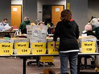 עובדים סופרים את הקולות בוויסקונסין / צילום: Morry Gash, Associated Press