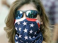 משתתפת בהפגנה בדרישה לפתיחת עסקים, בפלורידה. סגר הוא כלי אפשרי / צילום: John Raoux, Associated Press