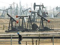 """שדה נפט בקליפורניה. האם ביידן יצליח לכופף את ענקיות האנרגיה בארה""""ב / צילום: Jae C. Hong, רויטרס"""