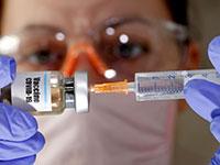מדענית מחזיקה חיסון נסיוני נגד נגיף הקורונה / צילום: Dado Ruvic, רויטרס