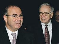 וורן באפט (מימין) עם איתן ורטהיימר לאחר מכירת ישקר / צילום: נתי הרניק