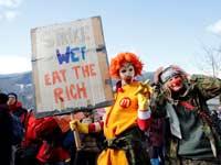 מפגינים מוחים נגד הכנס בעיירה סמוכה לדאבוס./צילום: רויטרס  Arnd Wiegmann
